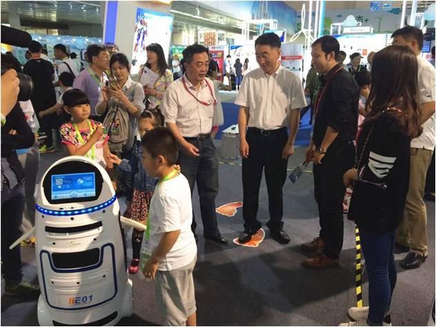 全國   進化者小胖商用(家用)智能服務機器人